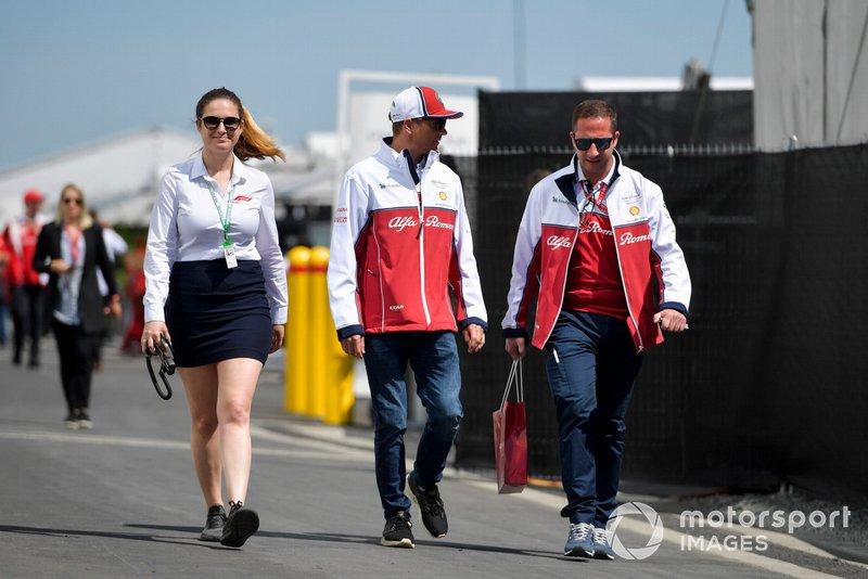 Kimi Raikkonen, Alfa Romeo Racing dans le paddock