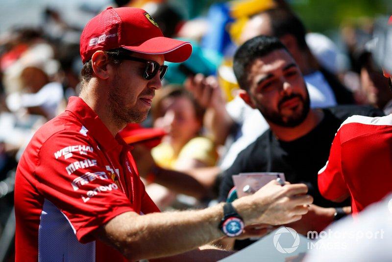 Sebastian Vettel, Ferrari firma un autógrafo para un fan