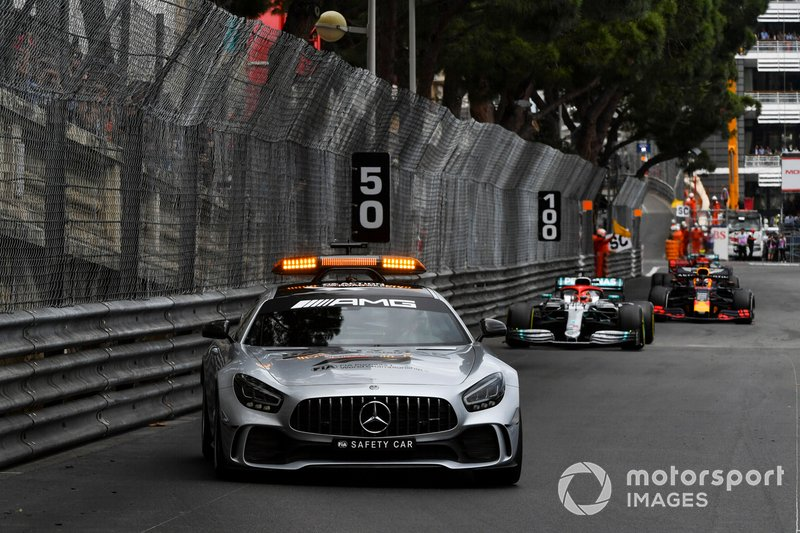 La Safety Car precede Lewis Hamilton, Mercedes AMG F1 W10, e Max Verstappen, Red Bull Racing RB15
