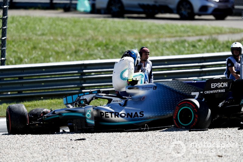 Valtteri Bottas, Mercedes AMG W10 saliendo de su coche después de su accidente