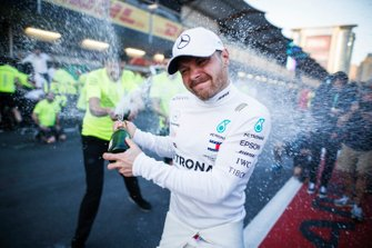 Winnaar Valtteri Bottas, Mercedes AMG F1 op het podium