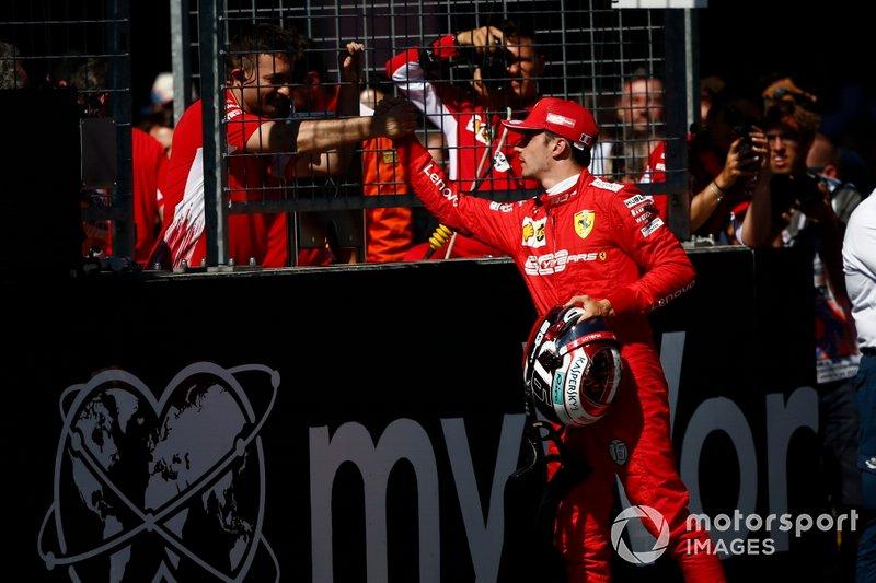Ganador de la pole Charles Leclerc, Ferrari, celebrat