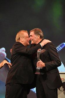 Jonathan Palmer feliciteert Dick Bennetts met het winnen van een Gregor Grant Award