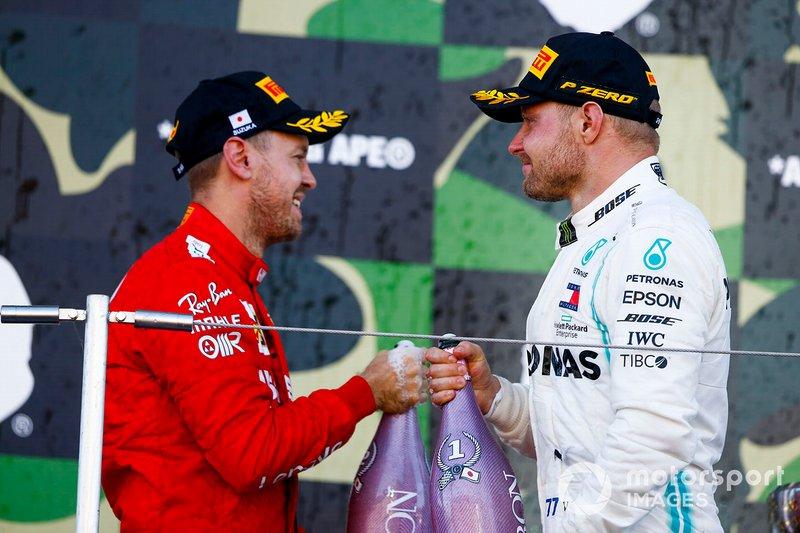 Il vincitore della gara Valtteri Bottas, Mercedes AMG F1 e Sebastian Vettel, Ferrari, festeggiano sul podio con lo champagne