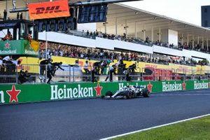 Valtteri Bottas, Mercedes AMG W10, 1e plaats, komt over de finish