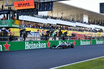 Valtteri Bottas, Mercedes AMG W10, 1e plaats, komt over de finish