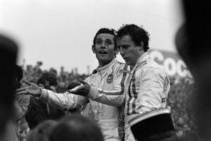 Jackie Oliver, Jacky Ickx festeggiano la loro vittoria alla 24 ore di Le Mans del 1969