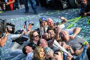 Alexander Sims, BMW I Andretti Motorsports, 1st position congratulates Maximilian Gunther, BMW I Andretti Motorsports, BMW iFE.20, 2nd position, take a selfie with their team