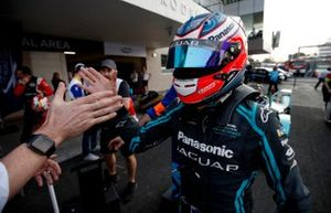 El ganador de la carrera Mitch Evans, de Jaguar Racing, lo celebra en el parc ferme