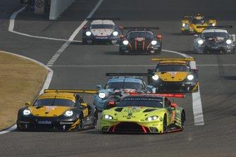 Эджидио Перфетти, Маттео Кайроли и Давид Хейнемейер Ханссон, Team Project 1, Porsche 911 RSR (№56); Пол Далла-Лана, Даррен Тёрнер и Росс Ганн, Aston Martin Racing, Aston Martin Vantage AMR (№98)