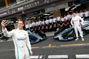Stoffel Vandoorne, Mercedes Benz EQ takes a selfie with the whole team