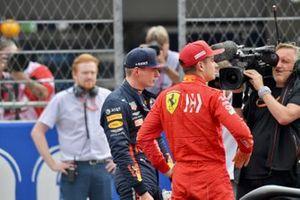 Ganador de la poloe Max Verstappen, Red Bull Racing, y Charles Leclerc, Ferrari, tras la sesión clasificatoria