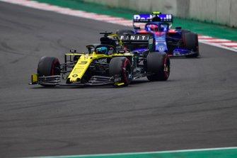 Daniel Ricciardo, Renault R.S.19, leads Pierre Gasly, Toro Rosso STR14