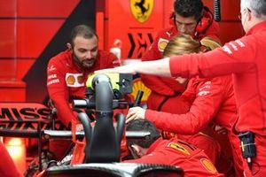Les mécaniciens Ferrari travaillent sur la voiture de Sebastian Vettel, Ferrari SF1000