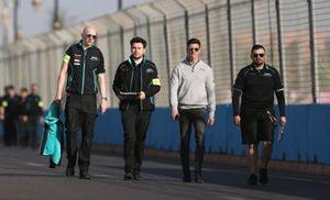 James Calado, Jaguar Racing sul tracciato con dei membri del Team