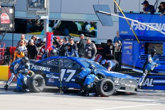 Chris Buescher, Roush Fenway Racing, Ford Mustang Fastenal pit stop