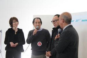レーシングカーを量販することの大変さを語る解良喜久雄さん(左から2人目)と由良拓也さん(同3人目)