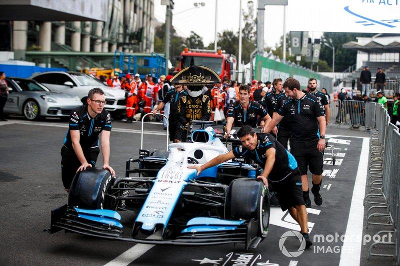 Промоутер Гран При Мексики Марио Ачи и механики Williams толкают автомобиль FW42 Джорджа Расселла