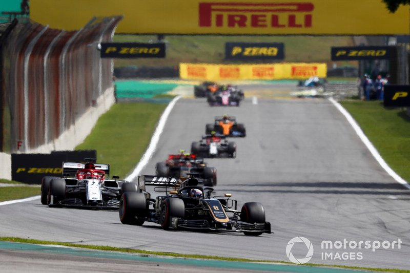 Romain Grosjean, Haas F1 Team VF-19, Kimi Raikkonen, Alfa Romeo Racing C38, y Kevin Magnussen, Haas F1 Team VF-19