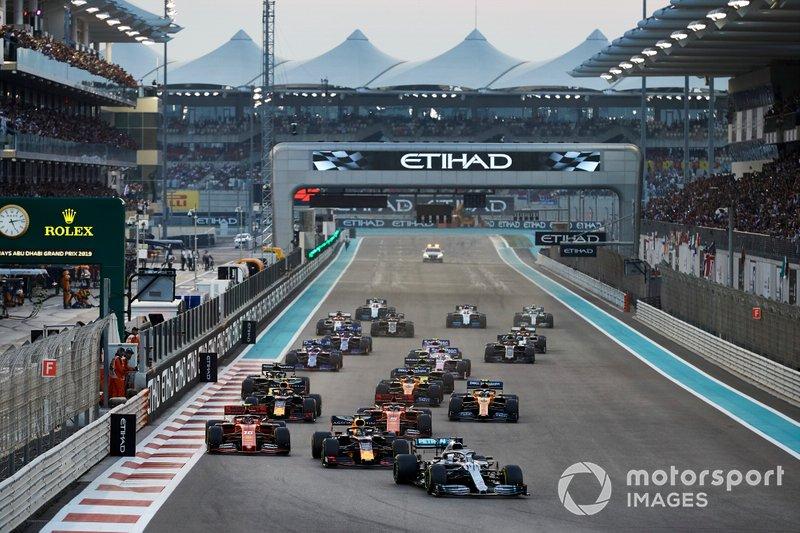 Lewis Hamilton, Mercedes AMG F1 W10, precede Max Verstappen, Red Bull Racing RB15, Charles Leclerc, Ferrari SF90, Sebastian Vettel, Ferrari SF90, Alexander Albon, Red Bull RB15, Lando Norris, McLaren MCL34, e il resto delle auto all'inizio della gara