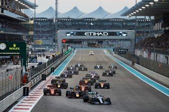 Lewis Hamilton, Mercedes AMG F1 W10, voor Max Verstappen, Red Bull Racing RB15, Charles Leclerc, Ferrari SF90, Sebastian Vettel, Ferrari SF90, Alexander Albon, Red Bull RB15, Lando Norris, McLaren MCL34, en de rest van het veld
