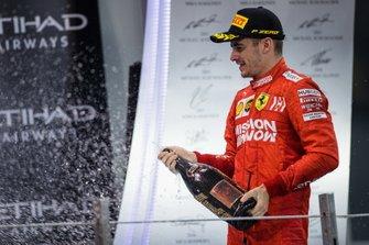 Charles Leclerc, Ferrari, terzo classificato, festeggia con lo Champagne
