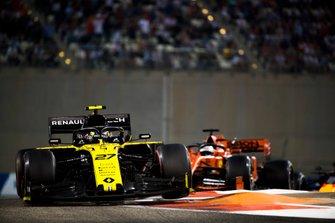 Nico Hulkenberg, Renault F1 Team R.S. 19, leads Sebastian Vettel, Ferrari SF90