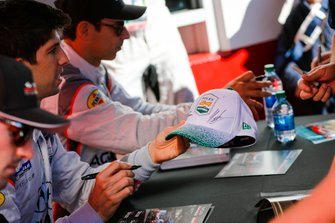 #7 Acura Team Penske Acura DPi, DPi: Helio Castroneves, Ricky Taylor, Alexander Rossi, autograph session
