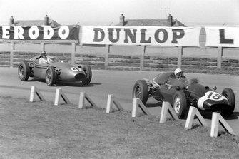 Maurice Trintignant, Cooper T51 Climax, devant Carroll Shelby, Aston Martin DBR4/250