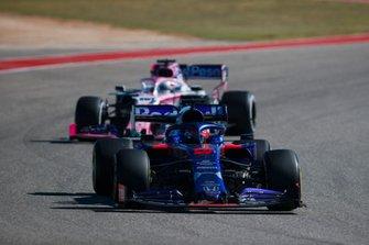Daniil Kvyat, Toro Rosso STR14, precede Sergio Perez, Racing Point RP19