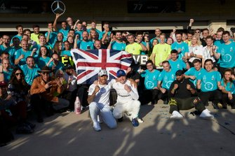 Lewis Hamilton, Mercedes AMG F1 met Valtteri Bottas, Mercedes AMG F1, colleagues en Matthew McConaughey