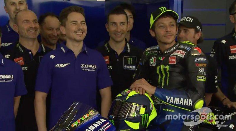 Jorge Lorenzo com Valentino Rossi na apresentação da Yamaha