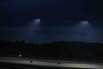 Azione in pista di notte alla gara della 8 Ore di Sepang