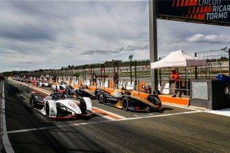 Andre Lotterer, Porsche, Porsche 99x Electric accanto a Antonio Felix da Costa, DS Techeetah, DS E-Tense FE20, all'uscita della pit lane