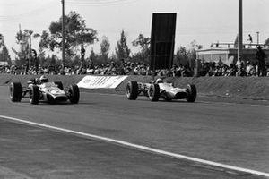 Дэнни Хьюм, Brabham BT24 Repco, и Ги Лижье, Brabham BT20 Repco