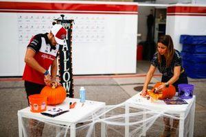 Antonio Giovinazzi, Alfa Romeo Racing, decora una zucca
