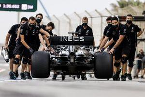 Mechanics with the car of Lewis Hamilton, Mercedes F1 W11