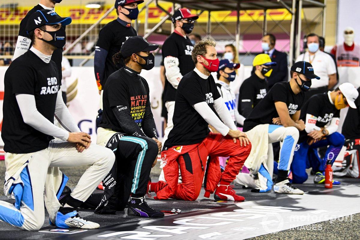 Los pilotos se paran y se arrodillan en apoyo de la campaña para el fin del racismo