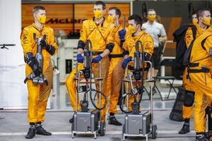 Los mecánicos de McLaren en los pits