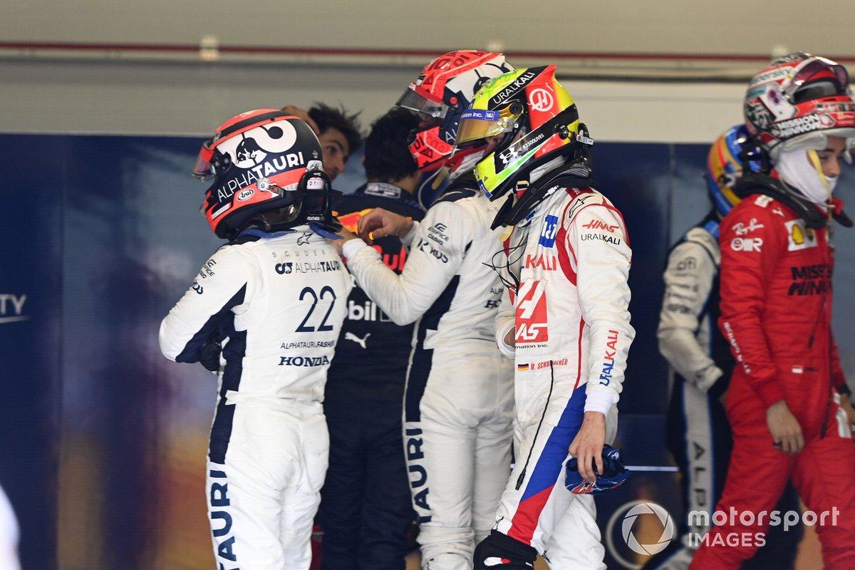Yuki Tsunoda, AlphaTauri, Pierre Gasly, AlphaTauri, e Mick Schumacher, Haas F1, si pesano dopo la gara