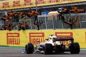 Daniel Ricciardo, McLaren MCL35M cruza la meta