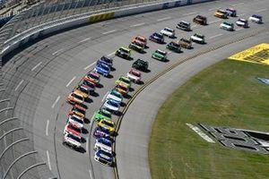 Chase Elliott, Hendrick Motorsports, Chevrolet Camaro NAPA Auto Parts and Denny Hamlin, Joe Gibbs Racing, Toyota Camry FedEx Ground
