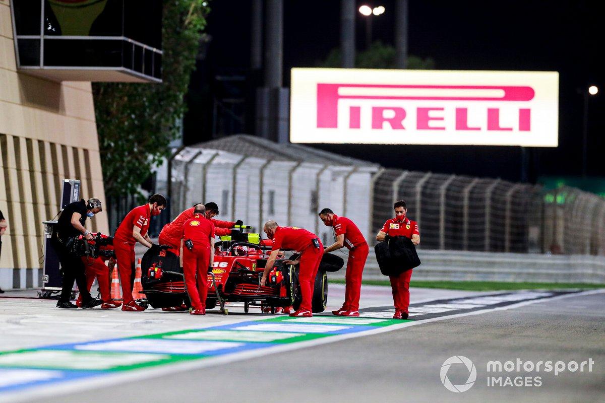I meccanici della Ferrari con l'auto di Charles Leclerc, Ferrari SF1000