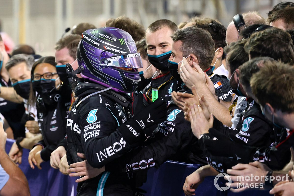 Lewis Hamilton, Mercedes, primo classificato, festeggia con il team al Parc Ferme