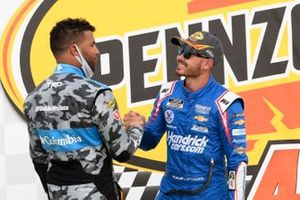 Ganador Kyle Larson, Hendrick Motorsports, Chevrolet celebra con Bubba Wallace, 23XI Racing, Toyota