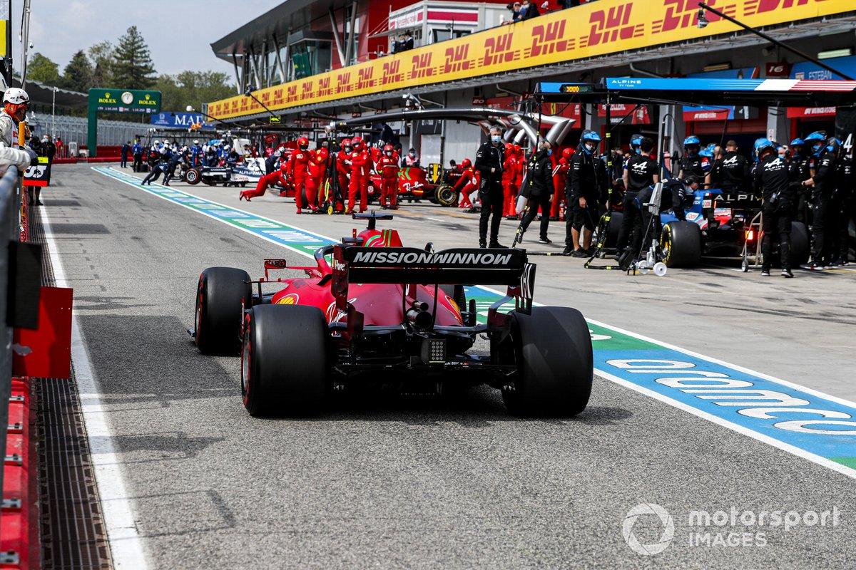 Charles Leclerc, Ferrari SF21, supera a Fernando Alonso, Alpine A521 en boxes