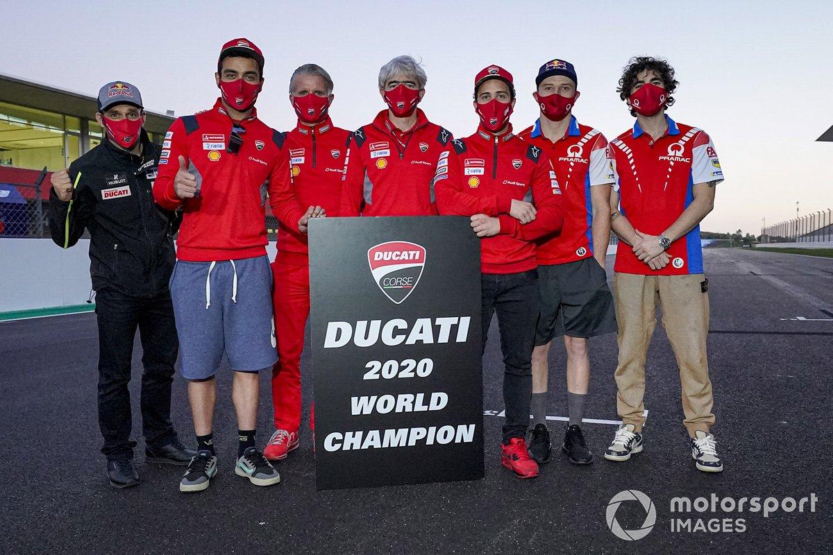 Foto de grupo de Ducati celebrando el título de constructores, con Gigi Dall'Igna, los pilotos Andrea Dovizioso y Danilo Petrucci, Jack Miller y Francesco Bagnaia