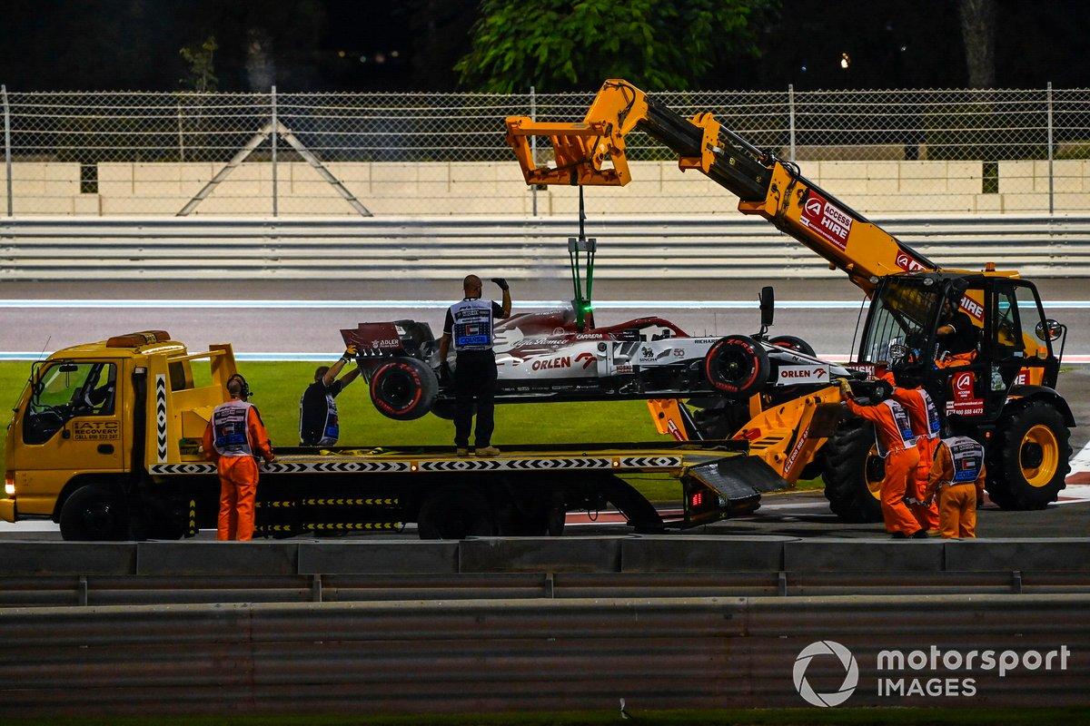 El monoplaza de Kimi Raikkonen, Alfa Romeo Racing C39 es removido de la pista