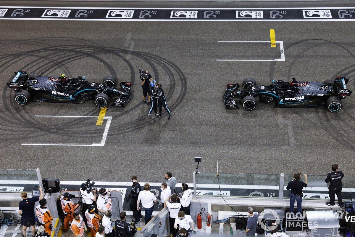 Lewis Hamilton, Mercedes-AMG F1, 3ª posición, y Valtteri Bottas, Mercedes-AMG F1, 2ª posición, se felicitan en la parrilla después de hacer donuts