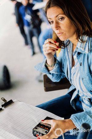 Une femme s'occupe des temps dans les stands